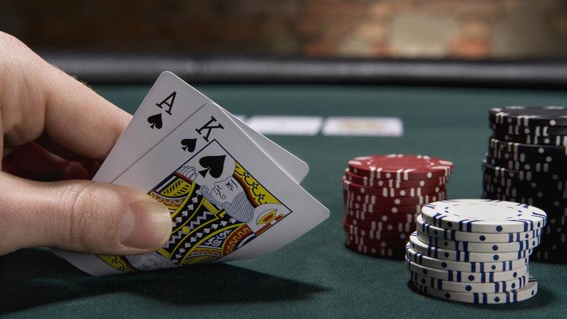 Khi tham gia chơi Blackjack, bạn sẽ được nhà cái chia bài tự động.